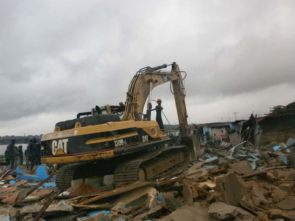 Ce bulldozer détruit tout sur son passage