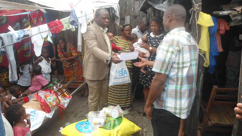 Ouéna recevant des mains du directeur exécutif de la Sta, Lucien Pacodé le bon d'achat