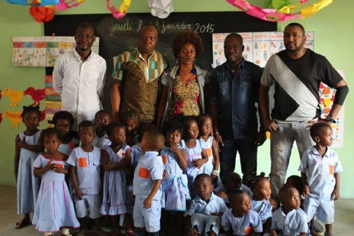 Asalfo (2e à partir de la gauche) et ses camarades du groupe Magic System sont allés apporter leur soutien aux écoliers du village d'Anoumabo