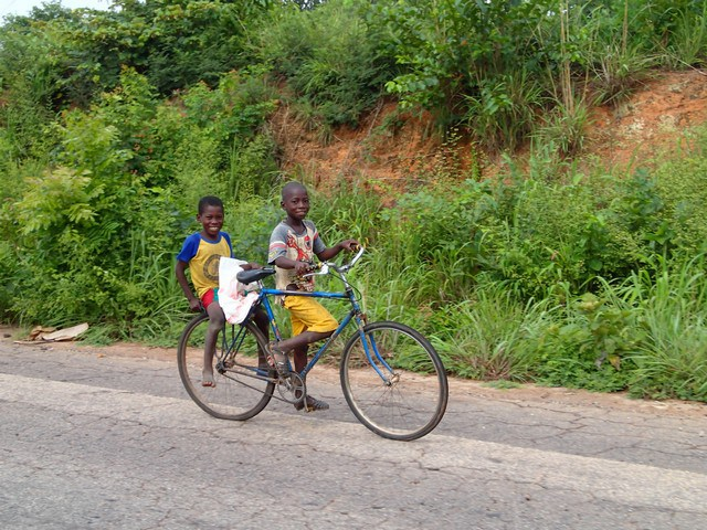 Ces gamins de 12 à 13 ans, heureux de savoir monter au vélo