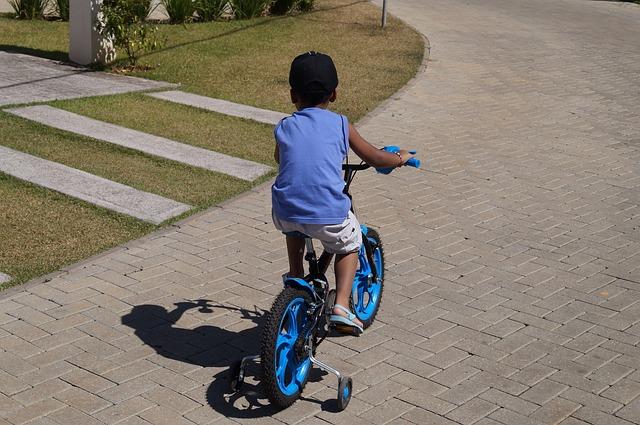 Comme cet enfant, ils sont nombreux à monter à vélo les week-end à Abidjan